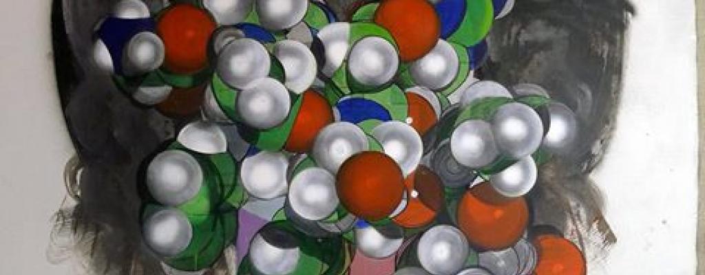 Galerie Kaple vystavuje abstraktní obrazy vyvolávající konkrétní a viditelné asociace.